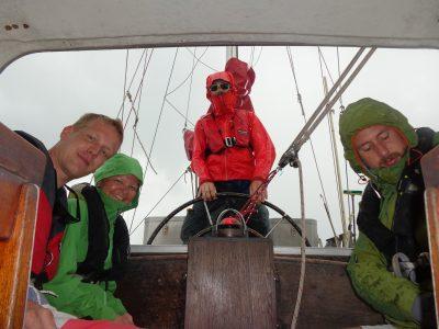 Lite regn på första segelturen (Magnus, Ines, Johan och Martin)